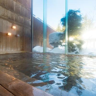 「朝日を浴びて輝くトロトロの泉質の源泉かけ流し温泉」の写真素材