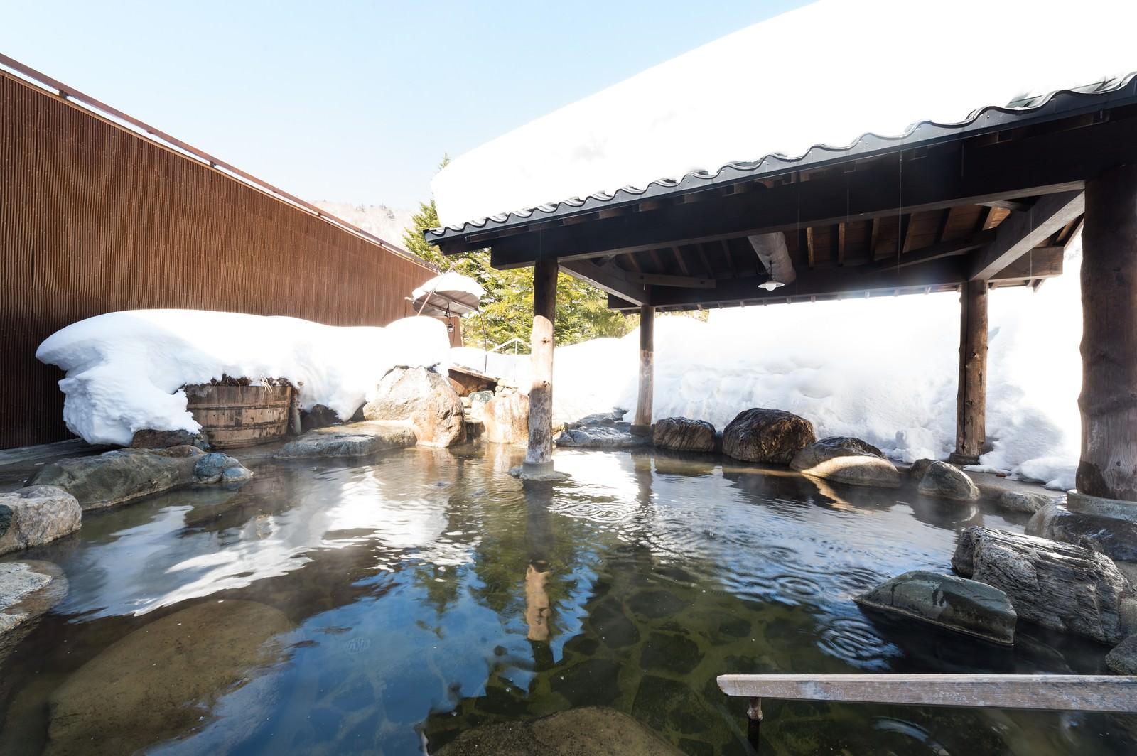 「冬の透き通った空気で北アルプスの遠くまで見渡せる岡田旅館の露天風呂」の写真