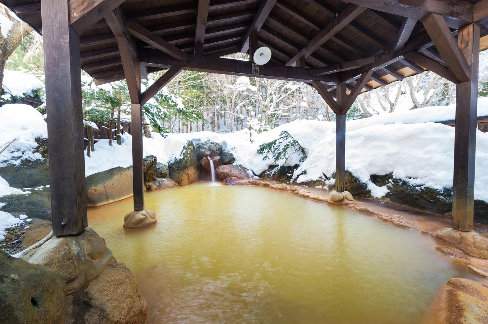 「秘湯感あふれる源泉かけ流し雪見露天が楽しめる平湯民俗館の平湯の湯」の写真