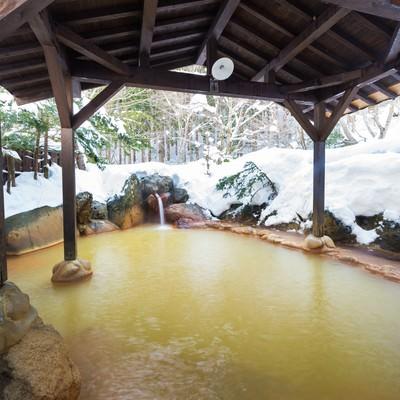 「秘湯感あふれる源泉かけ流し雪見露天が楽しめる平湯民俗館の平湯の湯」の写真素材