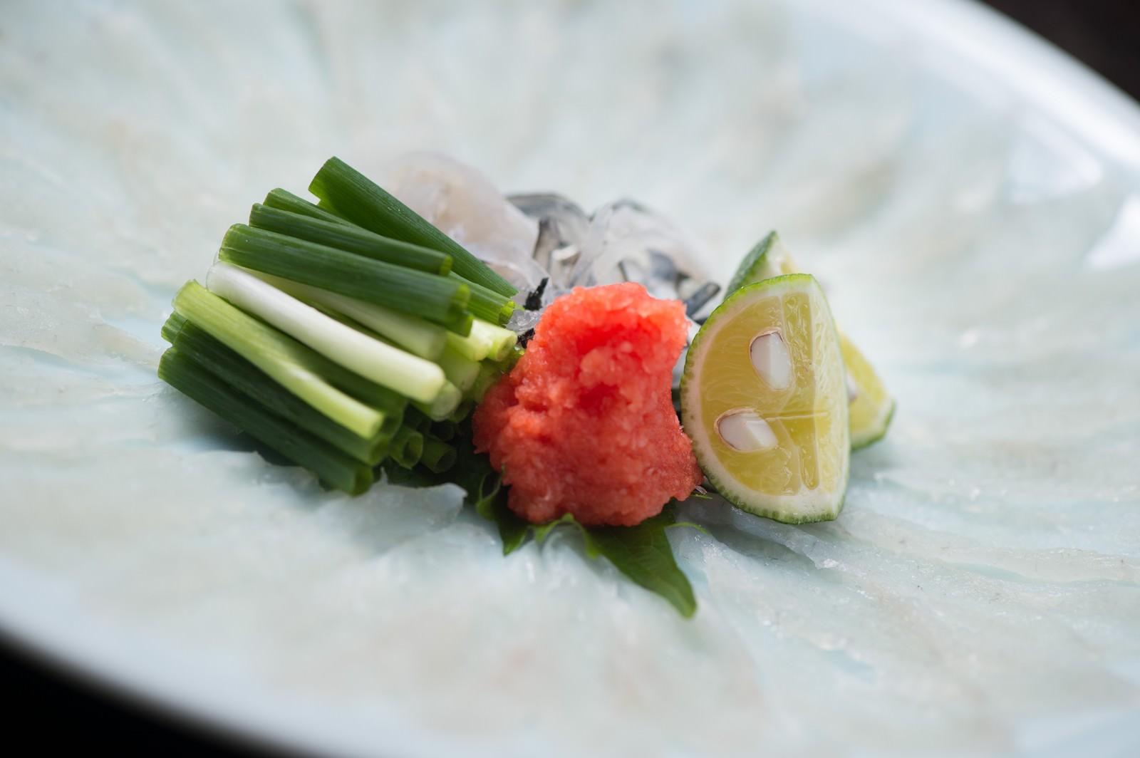 「皿が透き通るほどの薄さ。栄太郎の飛騨ふぐのテッサ皿が透き通るほどの薄さ。栄太郎の飛騨ふぐのテッサ」のフリー写真素材を拡大