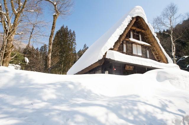 豪雪地帯に似合う風情ある合掌造りの平湯民俗館の写真