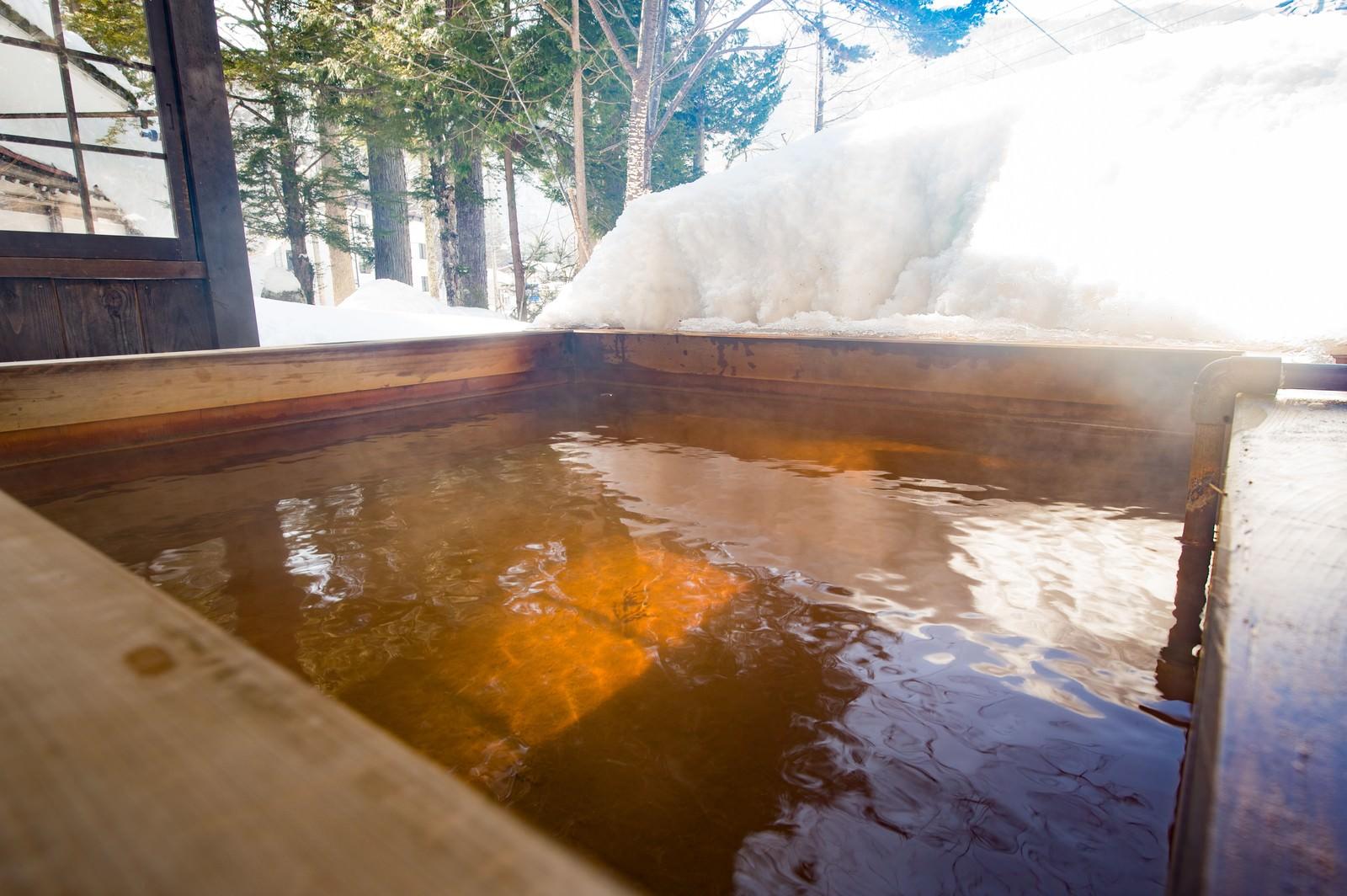 「北アルプスの温泉地は雪を眺めながら源泉かけ流しの足湯北アルプスの温泉地は雪を眺めながら源泉かけ流しの足湯」のフリー写真素材を拡大