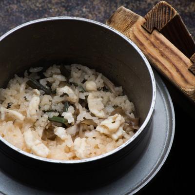 「上品な出汁と飛騨ふぐの淡白な甘みが絶妙な栄太郎の釜飯」の写真素材