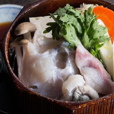 「飛騨ふぐのせいろ蒸しを香り高い栄太郎自家製のポン酢で」の写真素材