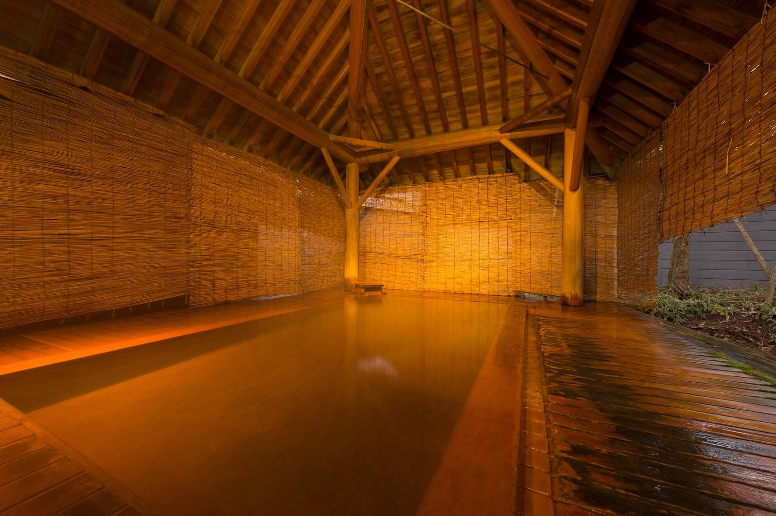 「総檜と芳醇な香りと源泉かけ流しの湯浴みができる露天風呂」の写真