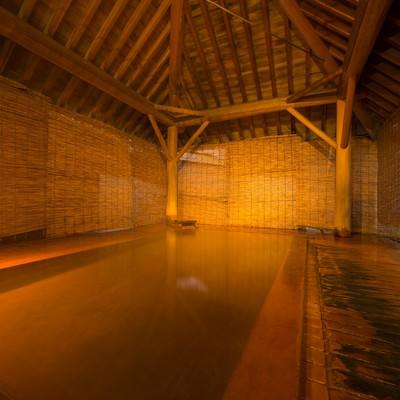 「総檜と芳醇な香りと源泉かけ流しの湯浴みができる露天風呂」の写真素材