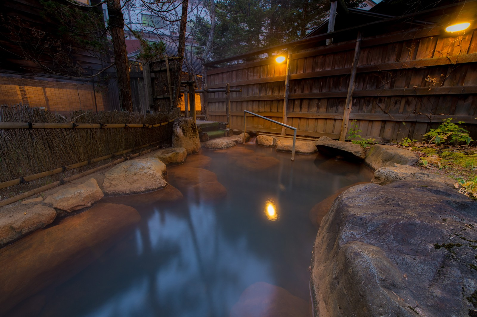 「家族で入るには広すぎる平湯館の貸切露天風呂」の写真