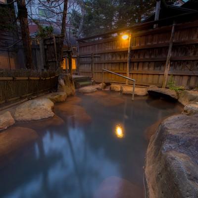 「家族で入るには広すぎる平湯館の貸切露天風呂」の写真素材