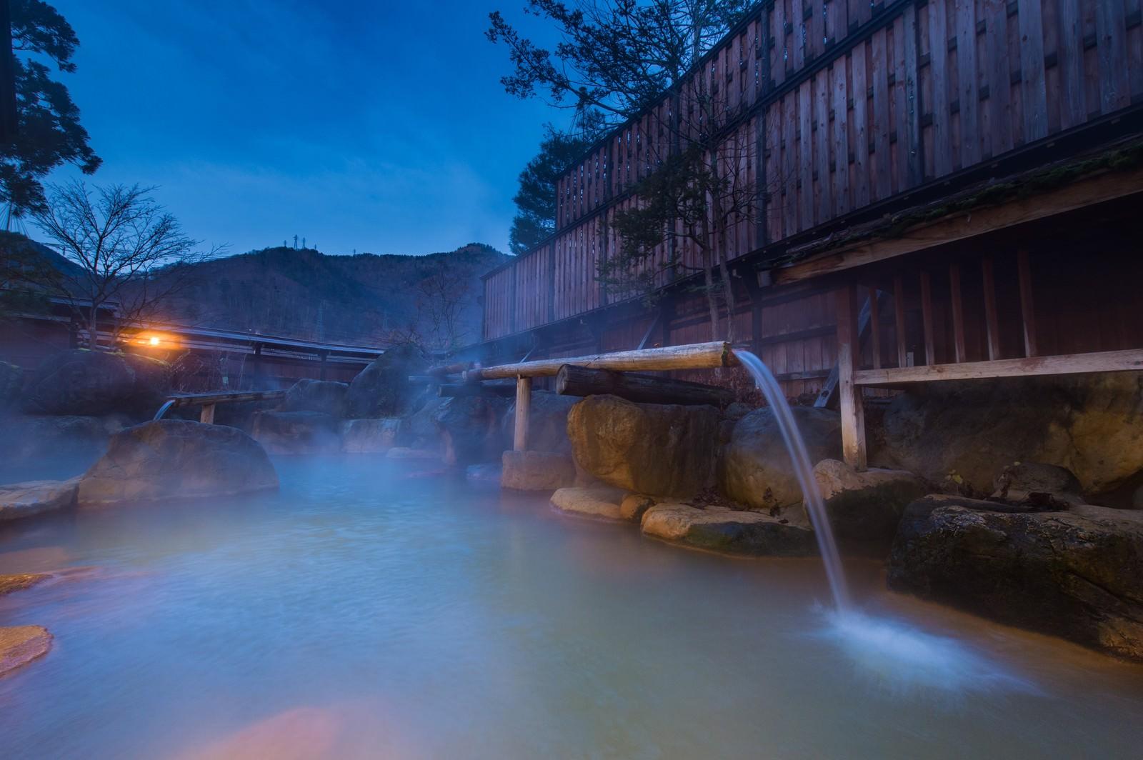 「北アルプスの山々に囲まれた秘境に佇む平湯館の極上の露天風呂」の写真
