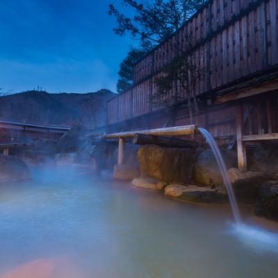 「北アルプスの山々に囲まれた秘境に佇む平湯館の極上の露天風呂」の写真素材
