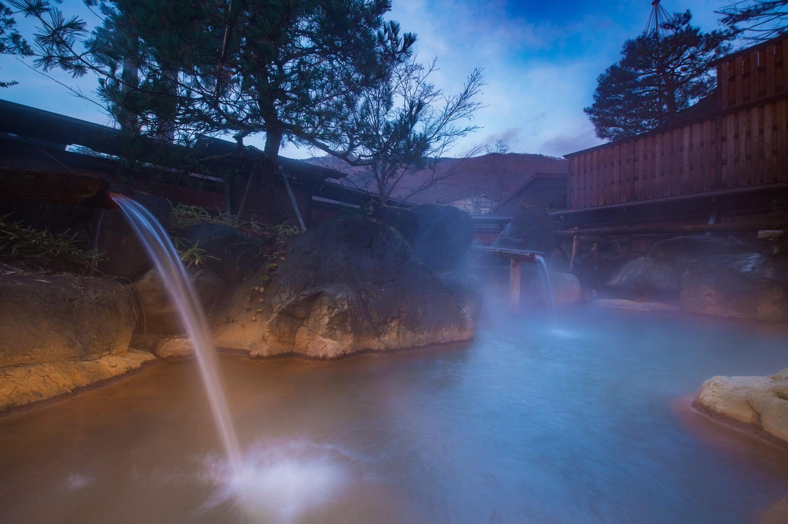 「豊かすぎる源泉を出し惜しみなく注ぎ込み平湯館の岩露天風呂」の写真