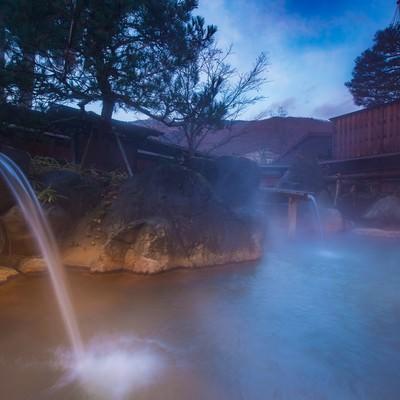 豊かすぎる源泉を出し惜しみなく注ぎ込み平湯館の岩露天風呂の写真
