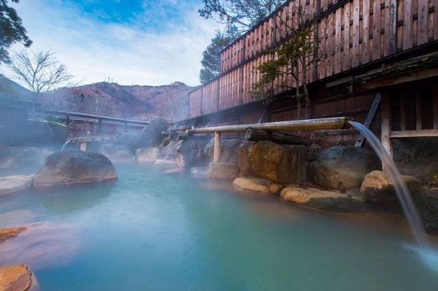 静かな晩秋の朝の平湯館の大露天風呂の写真