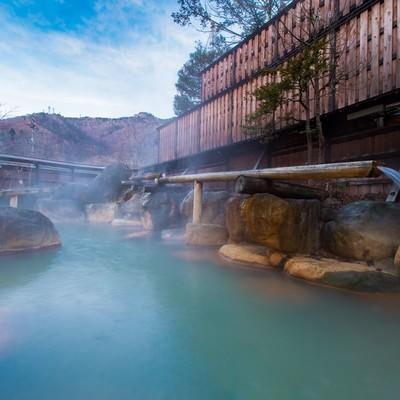 「静かな晩秋の朝の平湯館の大露天風呂」の写真素材