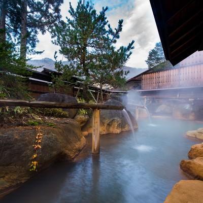 「内湯を囲む源泉かけ流しの大露天風呂」の写真素材