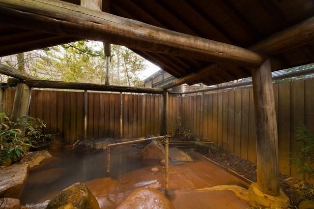 平湯館の贅沢な造りの貸切露天風呂の写真