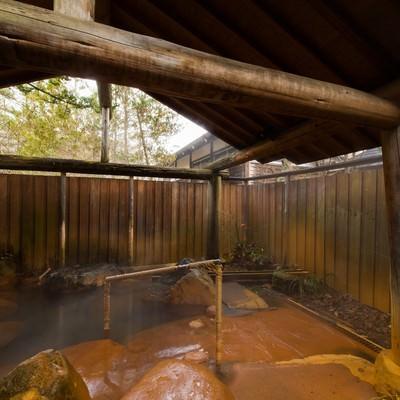 「平湯館の贅沢な造りの貸切露天風呂」の写真素材