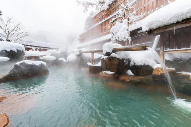 奥飛騨で源泉かけ流しの雪見露天といえば「平湯館」の山伏の湯の写真