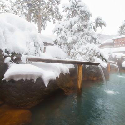 「真冬の北アルプスの中にある源泉かけ流し大露天風呂」の写真素材