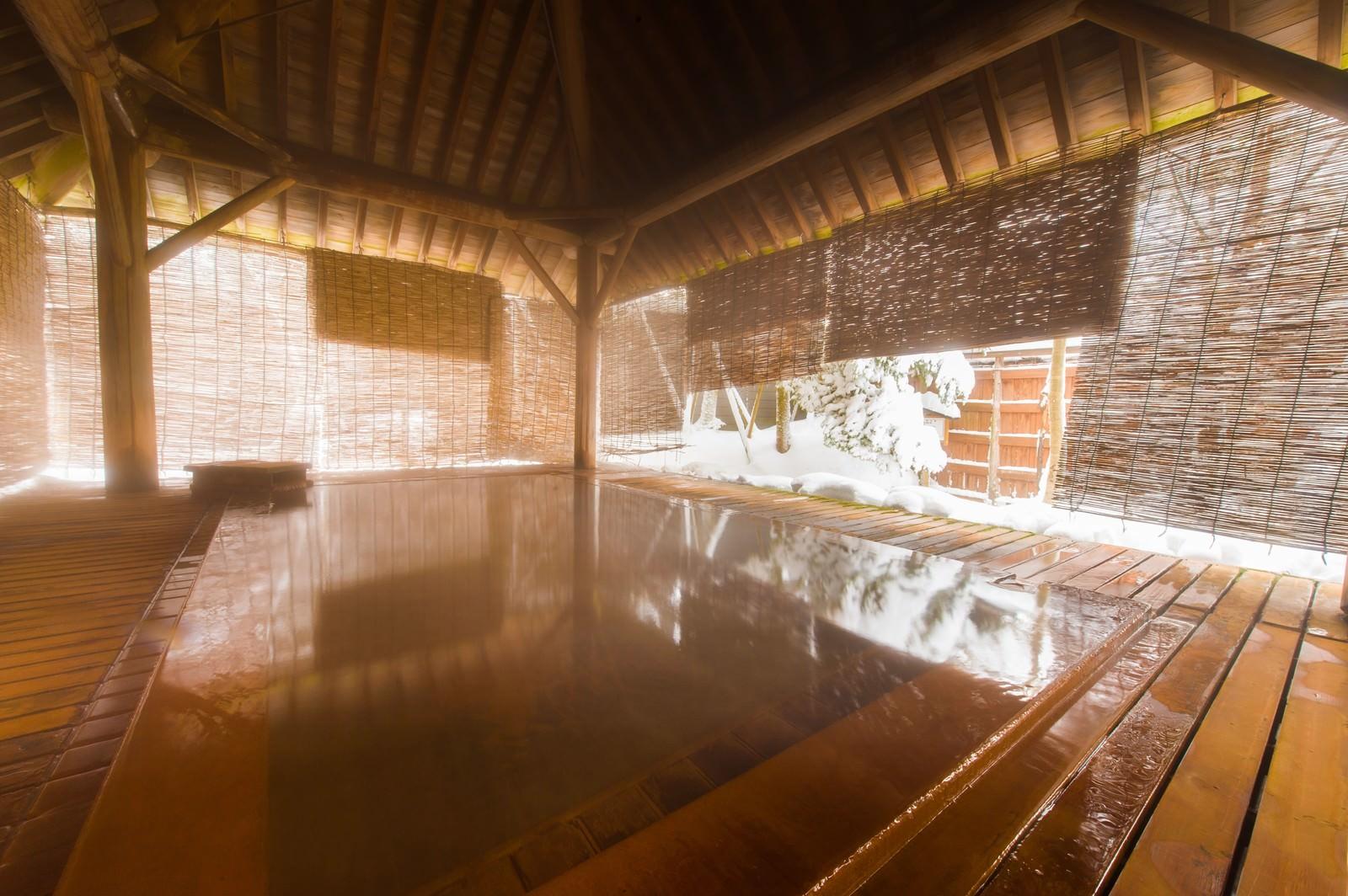 「総檜の浴槽から雪見を満喫できる平湯館の露天風呂」の写真