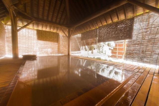 総檜の浴槽から雪見を満喫できる平湯館の露天風呂の写真