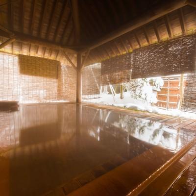 総檜の浴槽から雪見を満喫できる平湯館の露天風呂のフリー素材