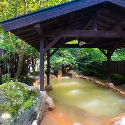 「限りなく天然に近い「平湯民俗館」の源泉かけ流し露天風呂」の写真素材