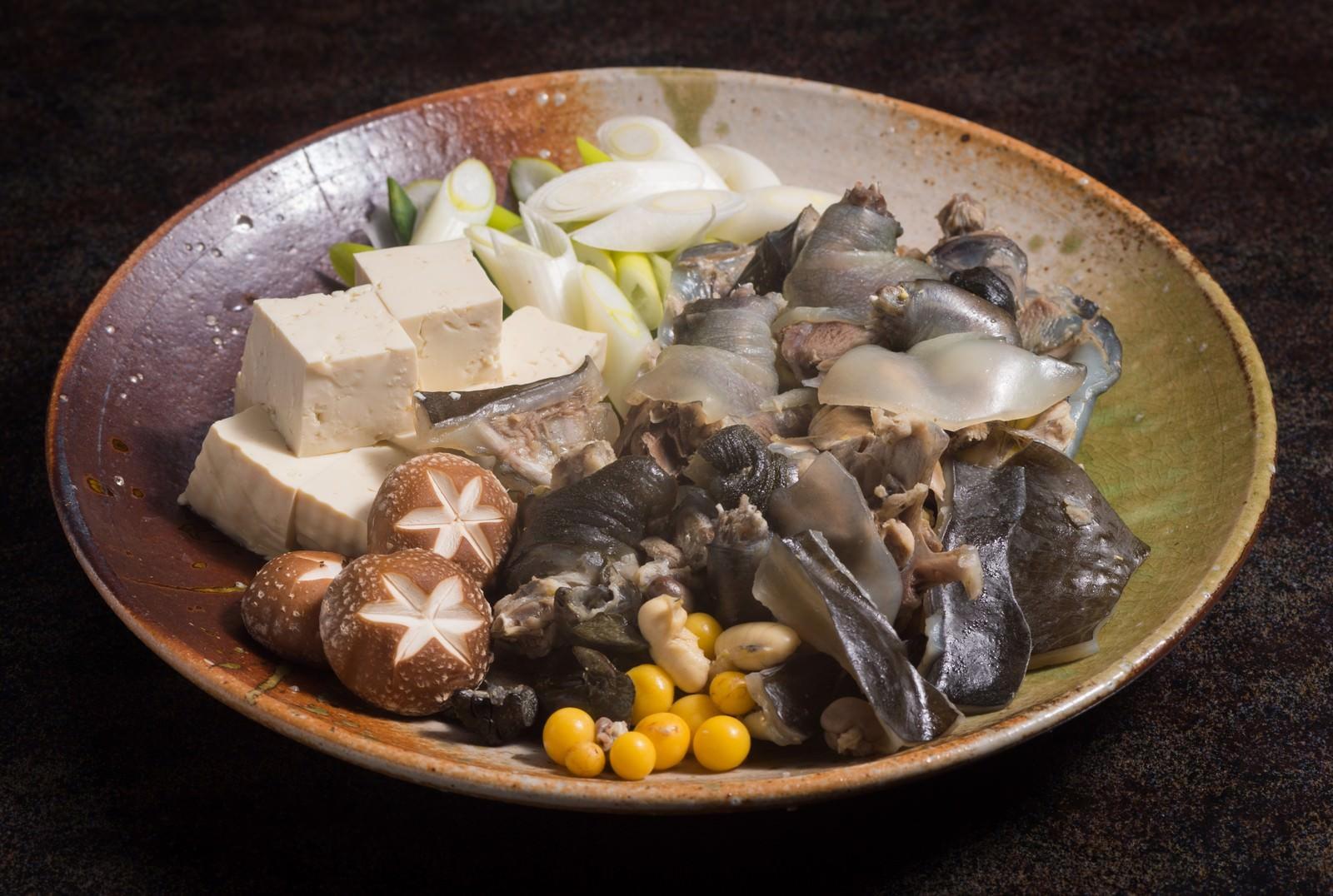 「ぷりぷりのスッポン鍋の具材(提供:平湯温泉の長瀬スッポン養殖場)」の写真