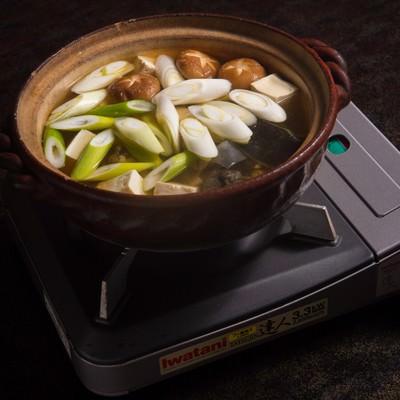 「活きのよいスッポンを上品な和風だしで炊き上げる(提供:平湯温泉の長瀬スッポン養殖場)」の写真素材