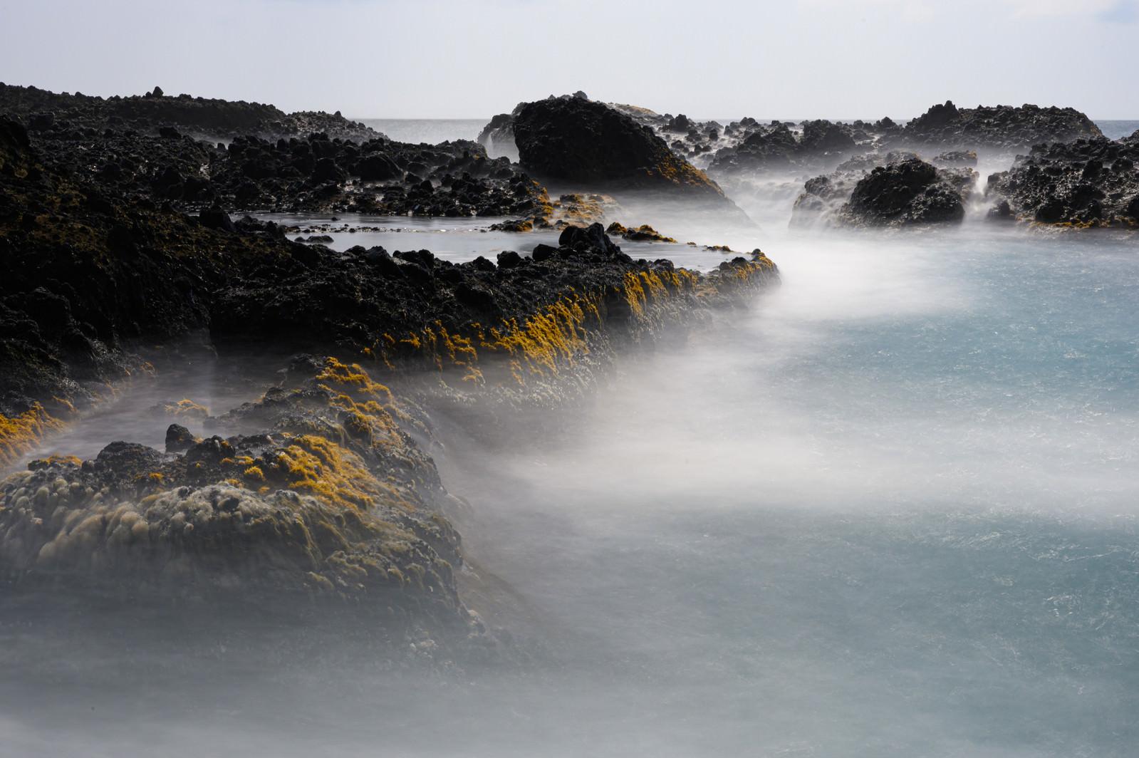 「岩礁に迫る波打ち際の様子(北海道積丹町出岬町)」の写真