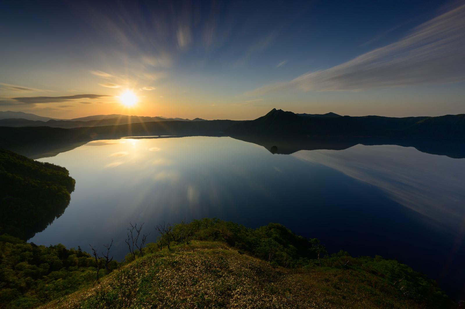 「朝日が昇る摩周湖(北海道川上郡弟子屈町)」の写真