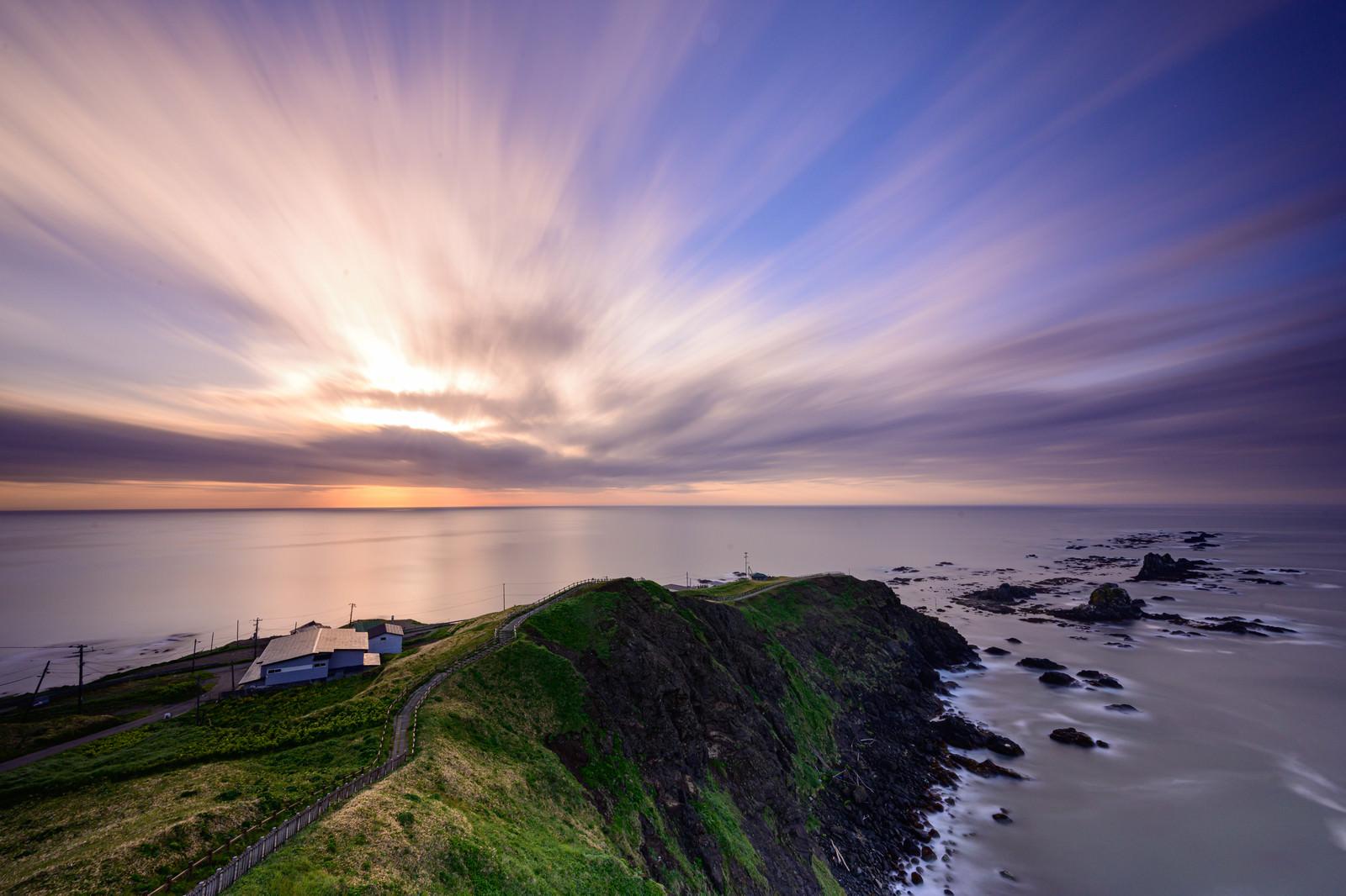 「朝焼けの空と襟裳岬(北海道幌泉郡えりも町えりも岬)」の写真