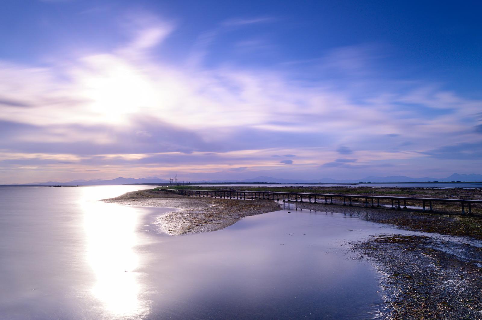 「野付半島に伸びる桟橋」の写真