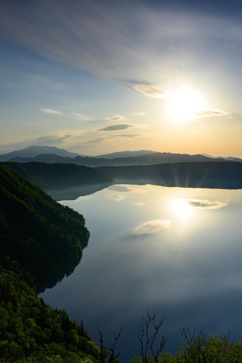 「摩周湖に映る朝焼けとサンライズ(北海道川上郡弟子屈町)」の写真