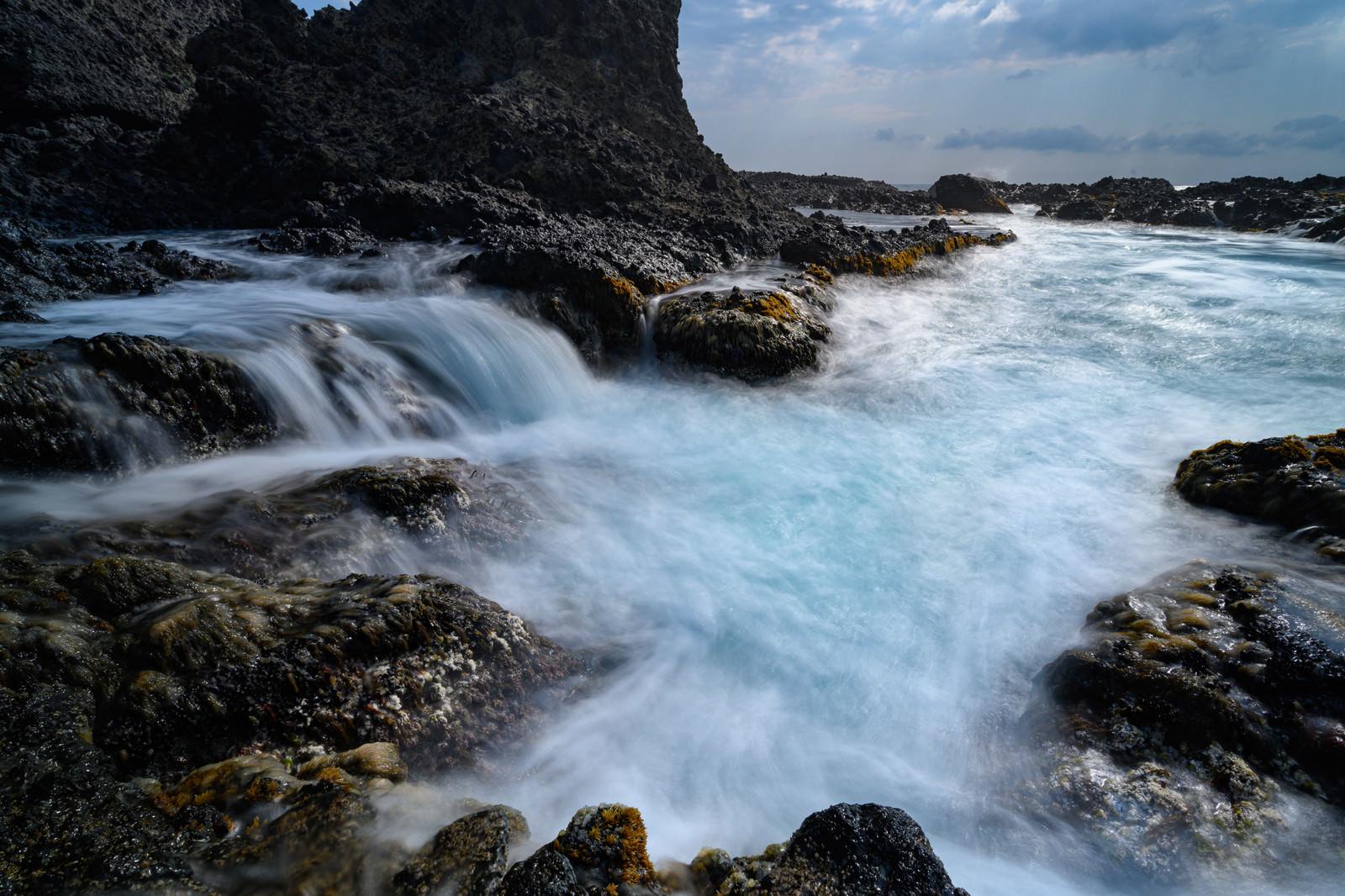 「岩礁にダイナミックに迫る波打ち際(北海道積丹町出岬町)」の写真