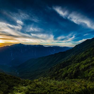 「夕暮れの西穂高岳から望む飛騨山脈の名峰笠ヶ岳」の写真素材
