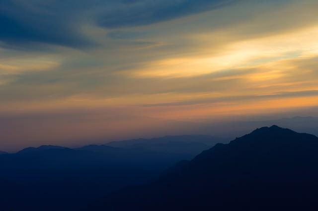 郷愁感をがある夏の北アルプスの夕暮れと山のシルエットの写真