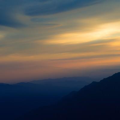 「郷愁感をがある夏の北アルプスの夕暮れと山のシルエット」の写真素材