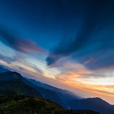 「夕方の西穂山荘からの焼岳」の写真素材
