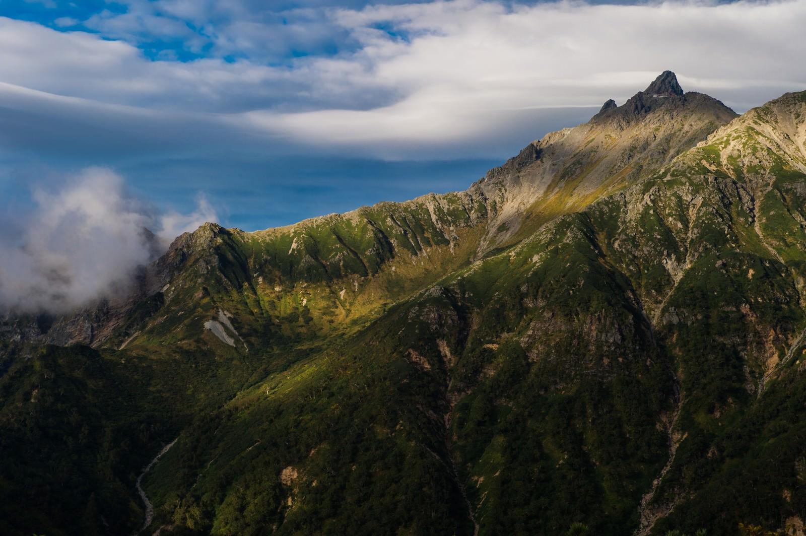 「美しい山肌の西鎌尾根と槍ヶ岳」の写真