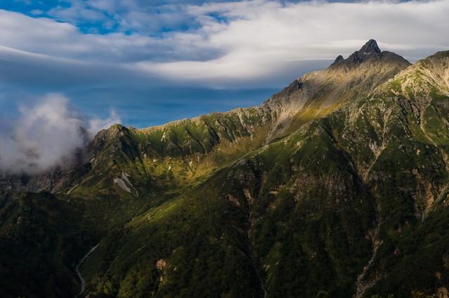 「美しい山肌の西鎌尾根と槍ヶ岳」のフリー写真素材