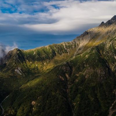 「美しい山肌の西鎌尾根と槍ヶ岳」の写真素材