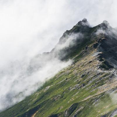 「槍ヶ岳から見下ろす双六岳へと至る新緑の季節の西鎌尾根」の写真素材