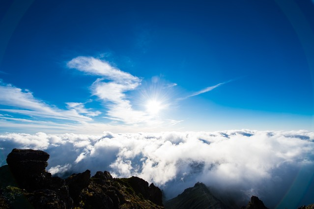 北アルプスの山頂から見上げる紺碧の空の写真