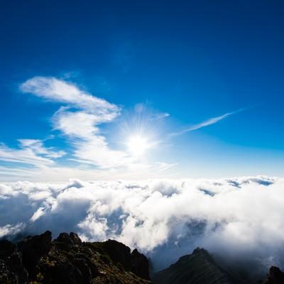 「北アルプスの山頂から見上げる紺碧の空」の写真素材