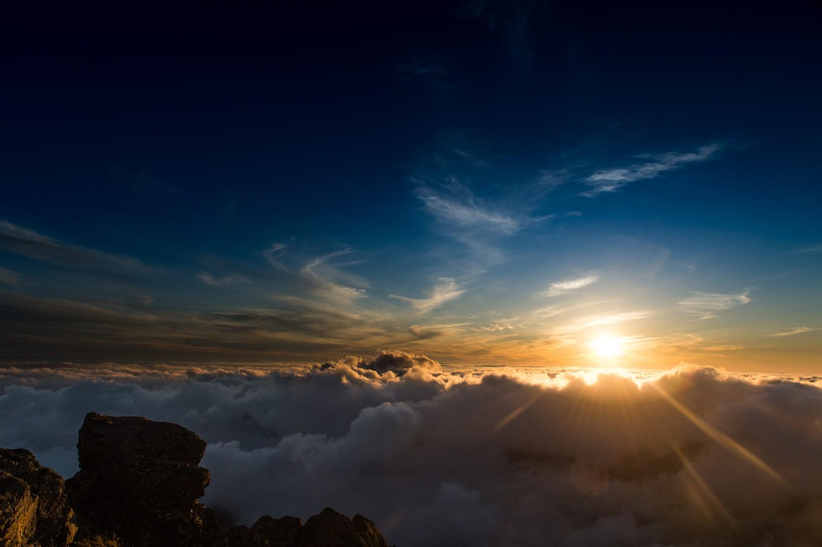 「標高3000mを超える北アルプスの夕方の雲海」の写真
