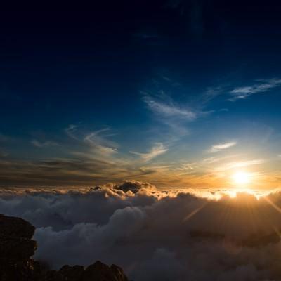 「標高3000mを超える北アルプスの夕方の雲海」の写真素材