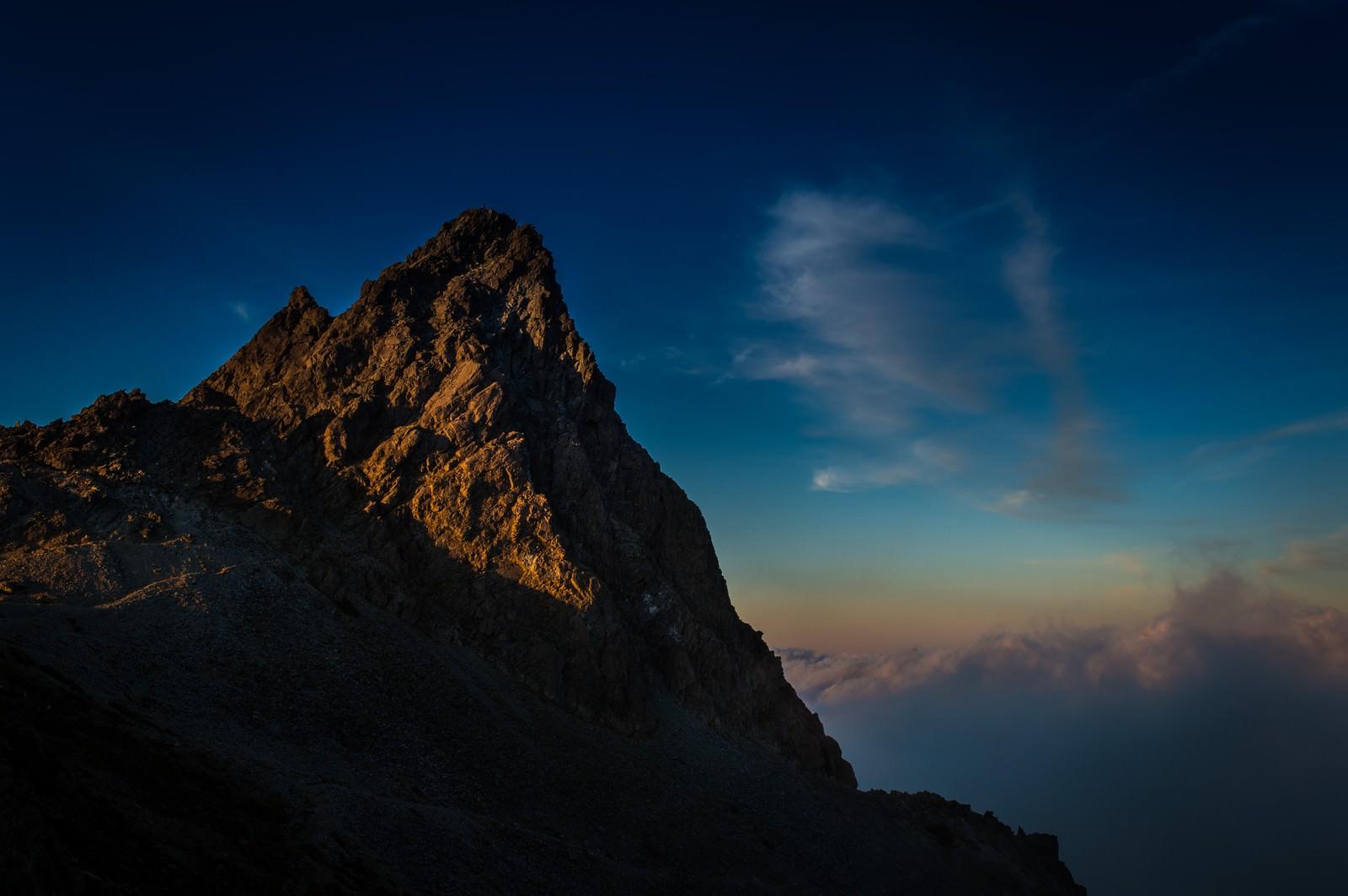 「夕暮れの光を浴びた雄々しく美しい槍ヶ岳」の写真