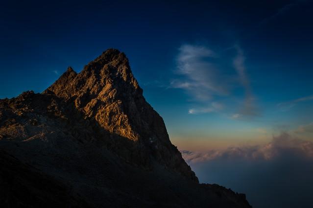 夕暮れの光を浴びた雄々しく美しい槍ヶ岳の写真
